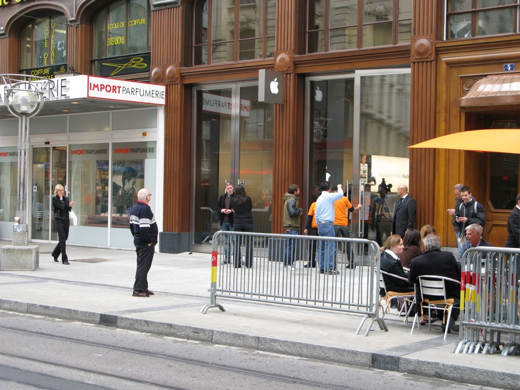 first apple store in switzerland and it 39 s in geneva my ex home town. Black Bedroom Furniture Sets. Home Design Ideas